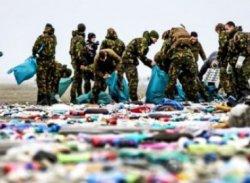 В Нидерландах на побережье выбросило сотни товаров из потерянных в море контейнеров